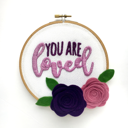 Embroidery Hoop sign using a cut file and felt flowers. How to create a Jillibean Soup Mix the Media home decor sign.  #mixthemedia #JillibeanSoup #cutfiles #diyhomedecor #feltflowers
