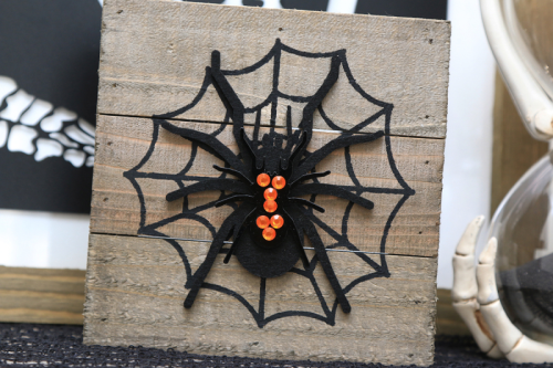 Halloween home decor projects using mix the media and wood planks.  How to create Halloween home decor.  Jillibean Soup home decor projects.  #jillibeansoup #mixthemedia #woodplanks #halloween #diy #homedecor