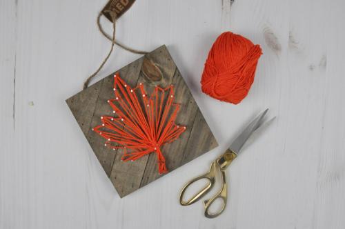 Autumn Leaf String Art Video Tutorial by Jen Gallacher for Jillibean Soup. #stringart #falldecor #autumncraft #jillibeansoup #woodplank