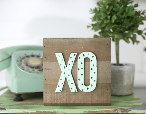 Wooden XO plank sign with wooden sign from Jillibean Soup. #jillibeansoup #mixthemedia #woodensign