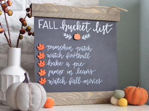 Fall bucket list chalkboard craft with Jillibean Soup. #mixthemedia #bucketlist #autumncraft #fallcraft #chalkboard #jillibeansoup