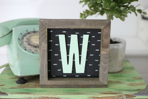 "Rustic ""W"" Monogram Sign featuring a frame from Jillibean Soup. #rusticframe #monogramcraft #jillibeansoup"