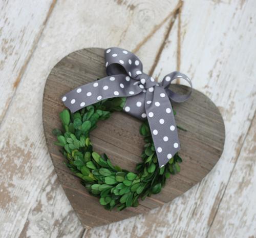 Wooden heart plank sign with evergreen wreath. #jillibeansoup #heartsign #woodenheart #mixthemedia