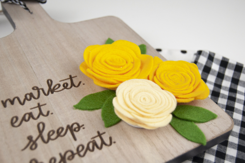 How to add felt flowers to a cheese board. Tutorial by Jen Gallacher for www.jillibeansoup.com. #cheeseboard #feltflowers #mixthemedia #jillibeansoup #jengallacher