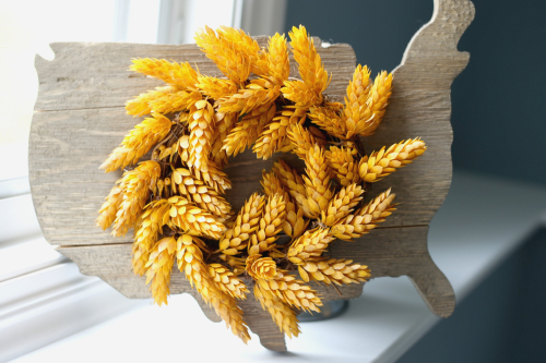 USA wooden sign with wheat wreath from Jillibean Soup. #mixthemedia #wheatwreath #wreathsign #farmhousedecor
